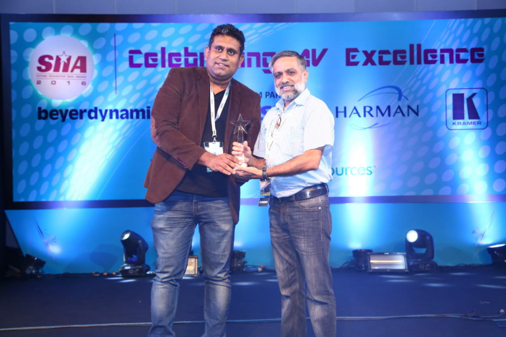 Veenu Pasricha (right) of A V Graphics receiving the award from Prashant Govindan of HARMAN