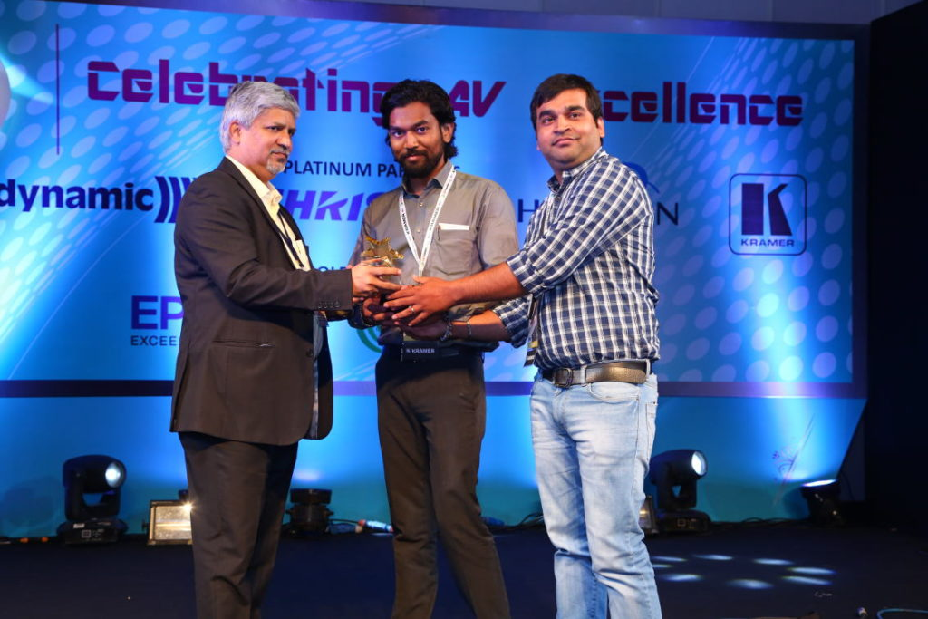 Rajesh Patkar of Christie Digital (left of picture), presenting the award to VizExperts for Highly Commendable Project, Museum sector, with a Premium budget range of ₹ 10 Cr and above